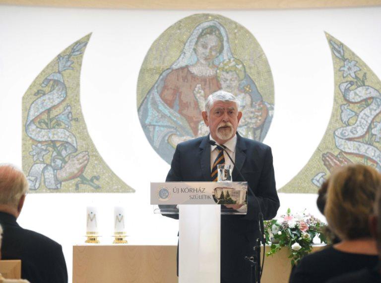 Új kápolnát és rendelőket avatott a miniszter