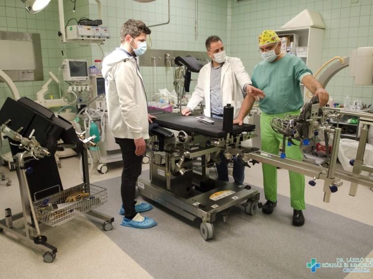 Új műtőasztal az orosházi kórház COVID műtőjébe